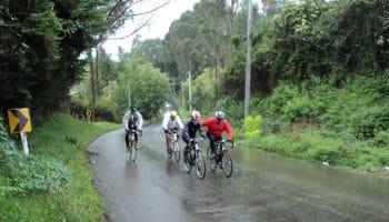Personas que salieron a montar bicicleta bajo la lluvia