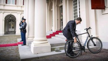 Mark Rutte, llegando al Palcio Real