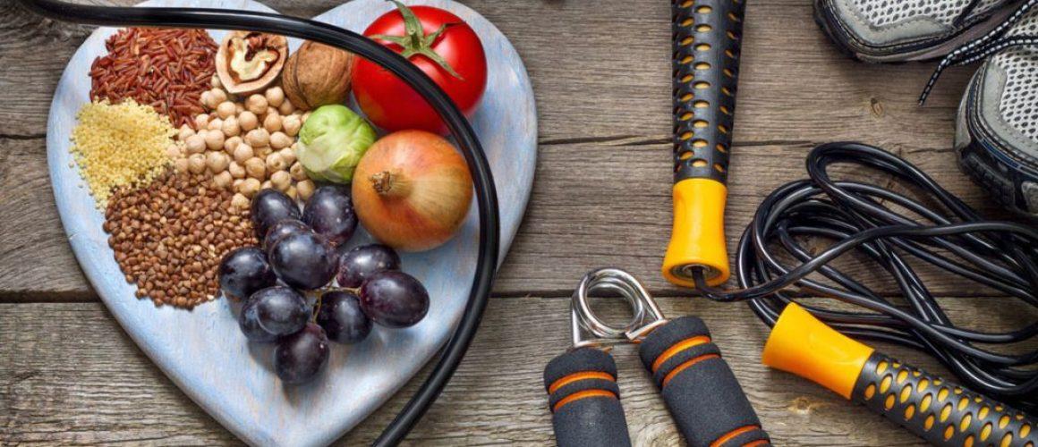 Comida saludable y objetos para hacer ejercicios