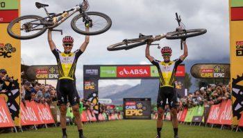 Jaroslav Kulhavy y Howard Grotts en su llegada al Cape Epic